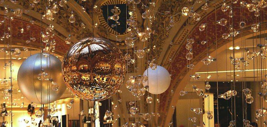 A festive and illuminated Christmas in Paris